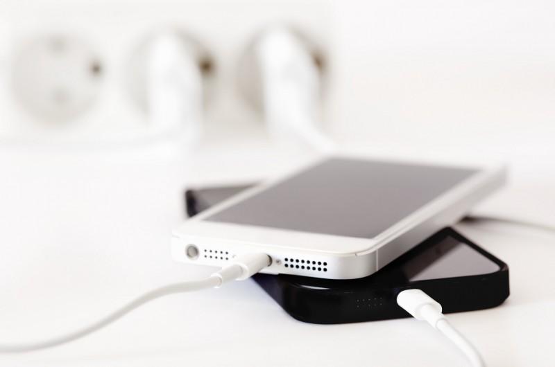 Cara Mengisi Baterai Perangkat iOS Sambil Dimatikan