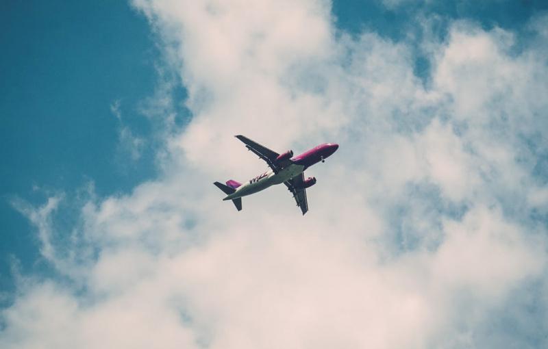 Sebuah Pesawat Mendarat Darurat Gara-Gara AirDrop