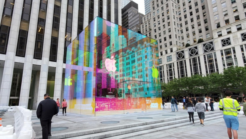 Jelang Special Event, Apple Store Fifth Avenue Jadi Warna-Warni