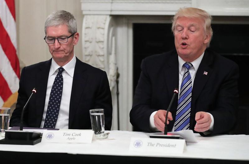 Karyawan Apple Ingin Tim Cook Dekat Dengan Donald Trump